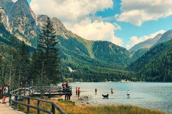 De heldere bergmeren van Zuid-Tirol