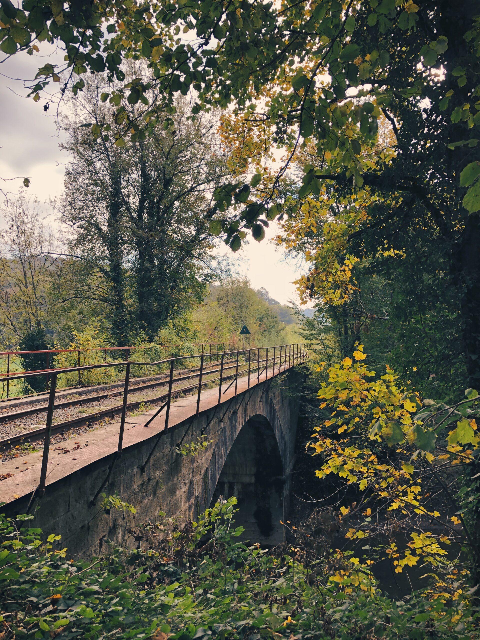 De spoorwegbrug over de Viroin