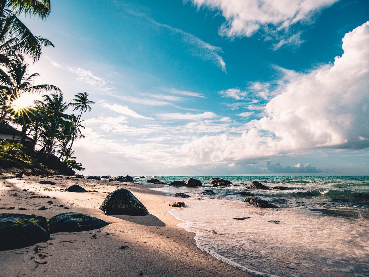 Tropisch eiland in het midden van de oceaan